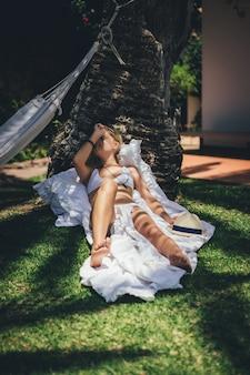 日光浴をリラックス若いスリム女性
