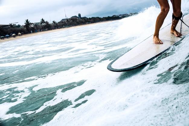 Красивая девушка серфер верхом на доске