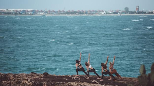 Группа девушка занимается йогой