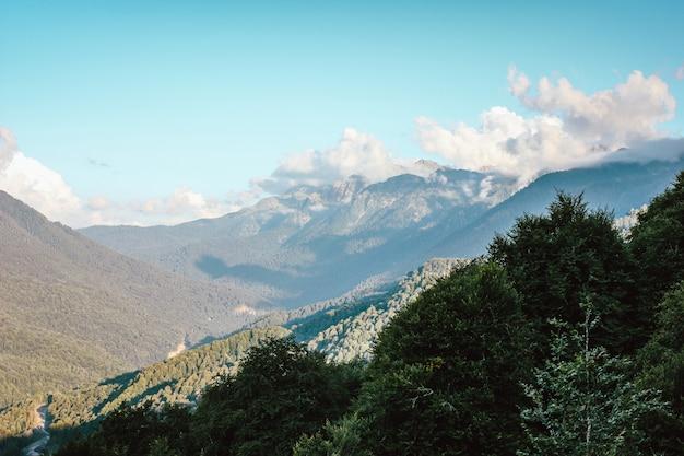 青い空に大きな雲と山の美しい景色。ソチ、クラスノダール地区