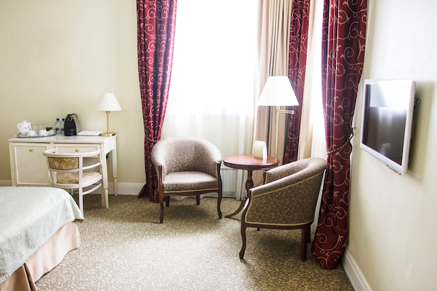 静かな色の部屋、座っているエリア、アームチェアと窓ランプ、レトロスタイル