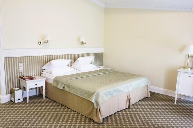 穏やかなゴールデントーン、レトロスタイルのベッドルーム