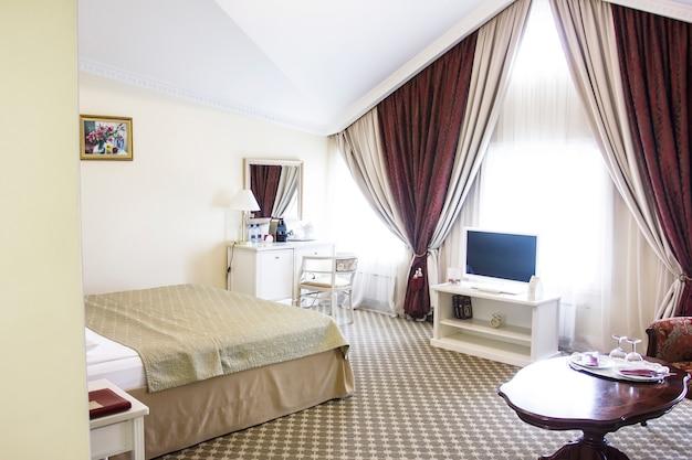 落ち着いた色のホテルの部屋、シッティングエリア、レトロスタイル