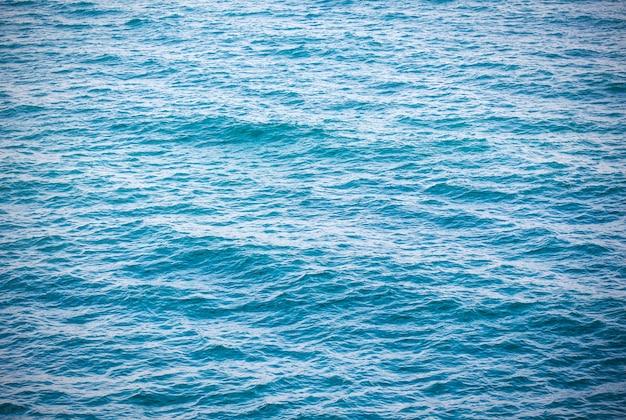 青い青緑色の海の海の海の背景