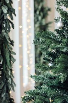 装飾されたクリスマスツリー、ミニマリストのスカンジナビアの装飾のバックグラウンド