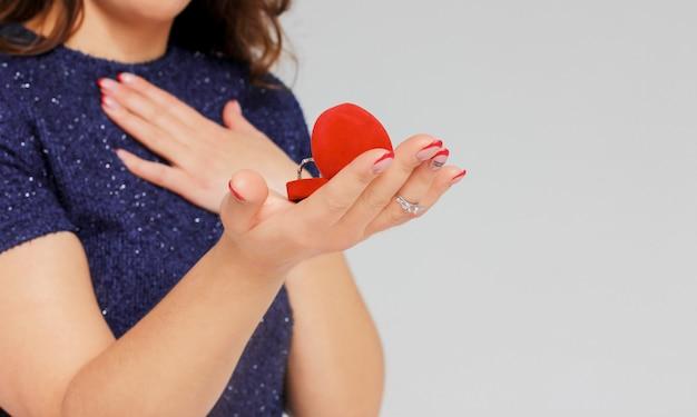 美しいブルネットの女の子が受け取ったリングの提案を驚いた