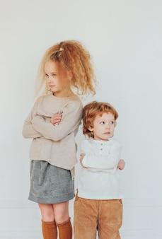 Брат и сестра поссорились, обиделись, отвернулись в разных