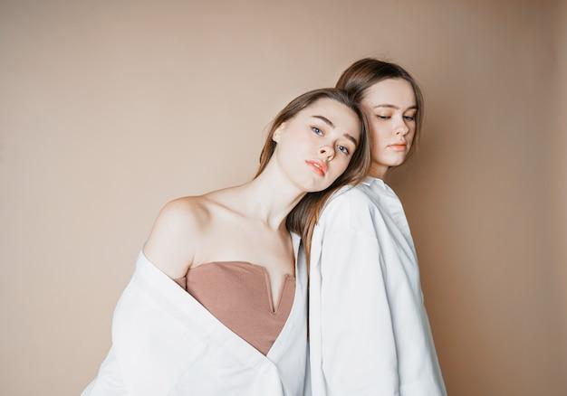 ファッションモデル二人の姉妹双子美しいヌードの女の子
