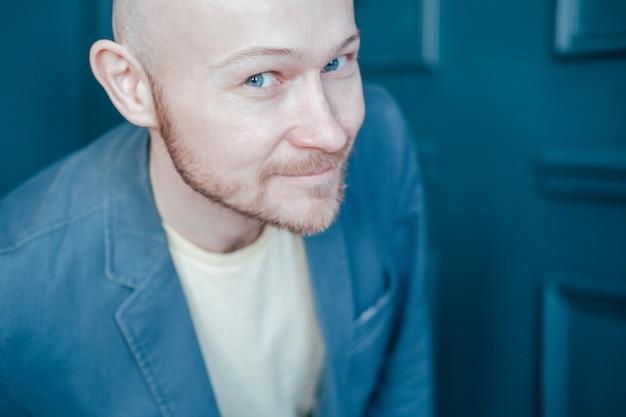 魅力的な大人成功ハゲひげを生やした男がカメラと笑顔に見えます
