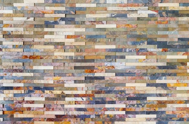 Красочные плитки из каменной стеной