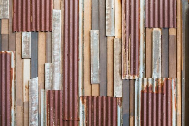 古い木と錆の屋根板の壁