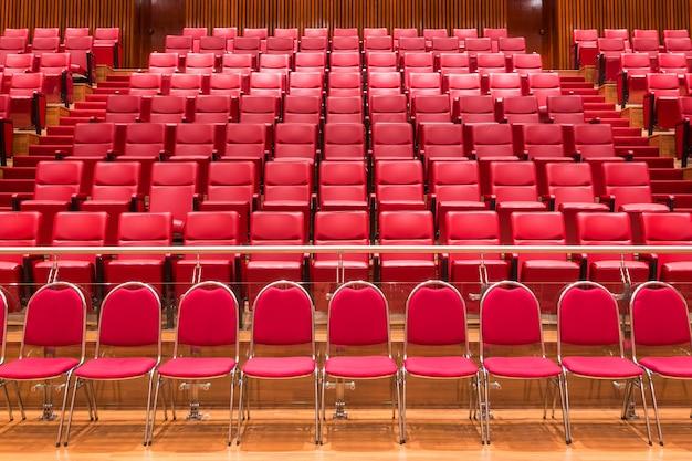 会議室で赤い劇場の椅子を閉じます