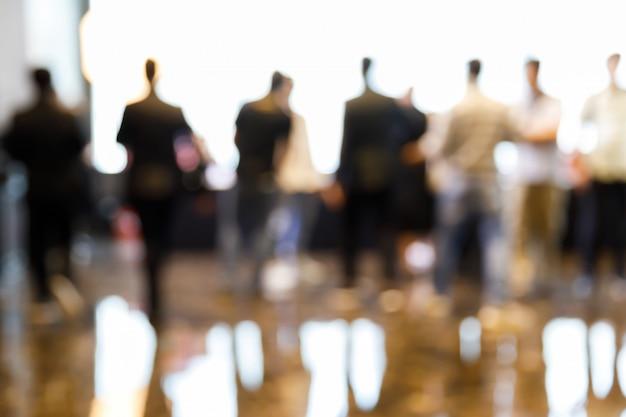 Размытие людей на пресс-конференции