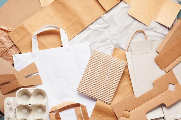 紙廃棄物のフラットレイアウトはリサイクルの準備ができて