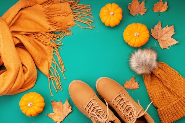 寒い日のための快適な暖かい服装を備えた平置き。快適な秋、冬服のショッピング、販売、流行色のスタイルのスタイル