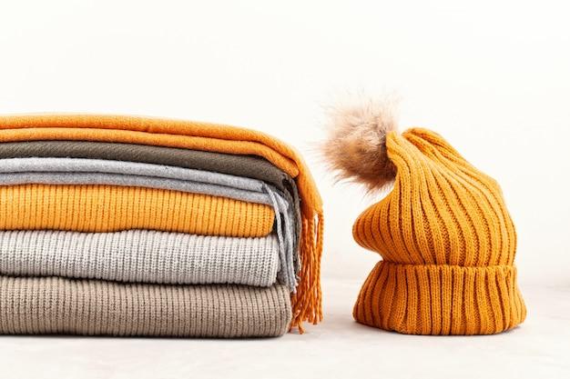 寒い季節に快適な暖かい服装。快適な秋、冬服のショッピング、販売、流行色のスタイルのスタイル