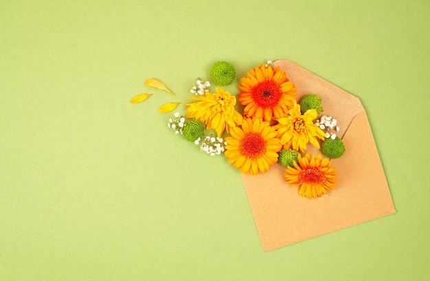 秋の色の花を持つフラットレイアウト