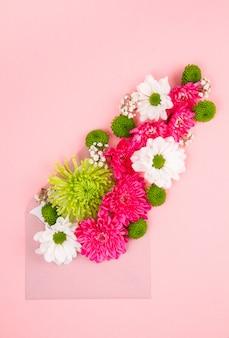 春と夏の色の花を持つフラットレイアウト