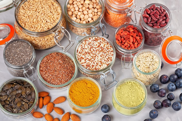 さまざまなスーパーフード、ゴジベリー、キノア、チア、ヘンプシード、亜麻の種子、ヒヨコマメ、オート麦、アーモンド、ブルーベリー、ウコン、抹茶、ランチル。ビーガン、ベジタリアンの健康的な食事ダイエットオーガニック製品コンセプト