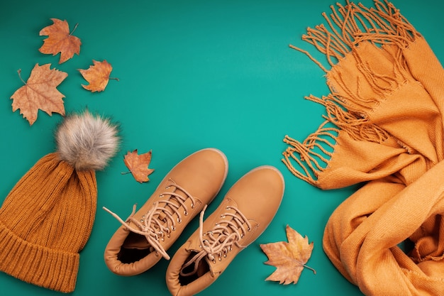 寒い日のための快適な暖かい服装を備えた平置き。快適な秋、冬服のショッピング、販売、流行色のアイデアのスタイル