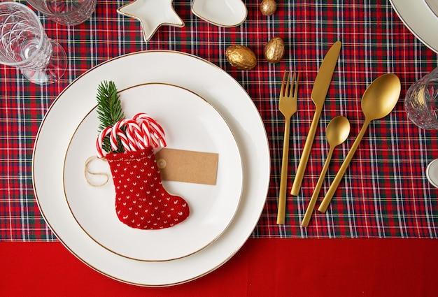 パーティーのクリスマステーブルのお祝い装飾。招待状、クリスマスのお祝い、お祝いディナーコンセプト