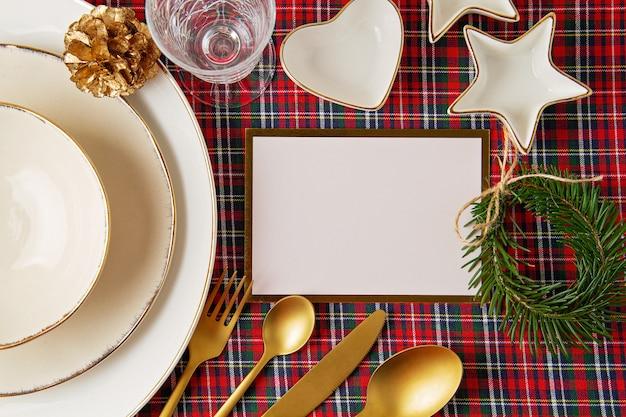 Праздничное украшение рождественского стола для вечеринки. приглашение, празднование рождества, концепция праздничного ужина