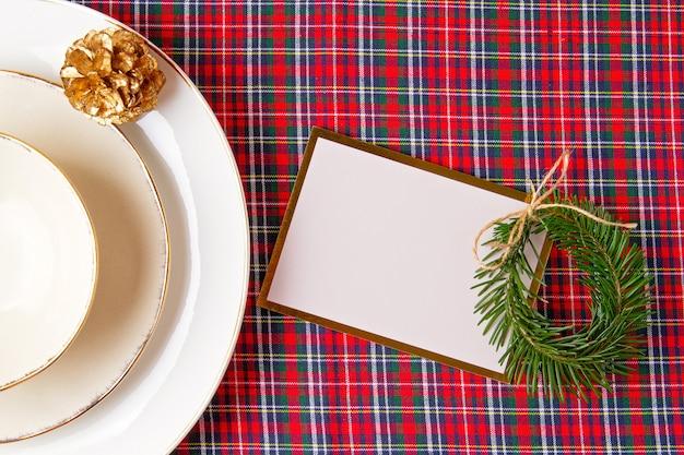 パーティーのクリスマステーブルのお祝いデコレーションのモックアップ