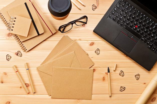 ノートパソコンと事務用品と職場の平面図