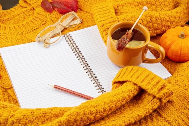 Плоская лежащая осенняя композиция с чаем и теплым шерстяным свитером