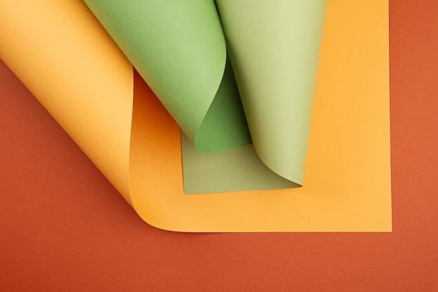 さまざまな色合いの圧延テクスチャ紙の抽象的な背景
