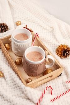 Горячий шоколад. комфортный теплый напиток для холодной зимней погоды. рождественская концепция