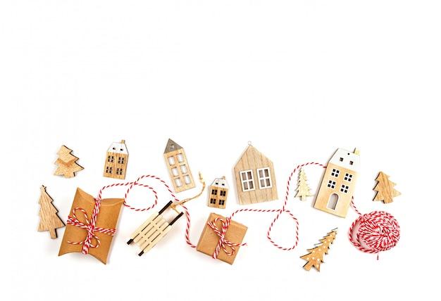 白い背景の上のクリスマスの装飾とクリスマス組成