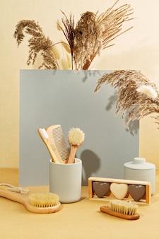 秋の植物とパステルカラーのゼロ廃棄物浴室ユーティリティの背景。