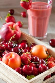 夏の果物で作られた新鮮なスムージー