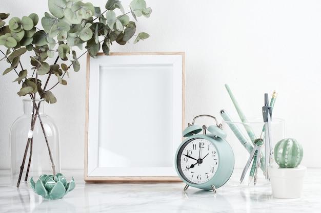 ポスターフレーム正面、装飾要素、花、白い壁の上の空白のコピースペース。