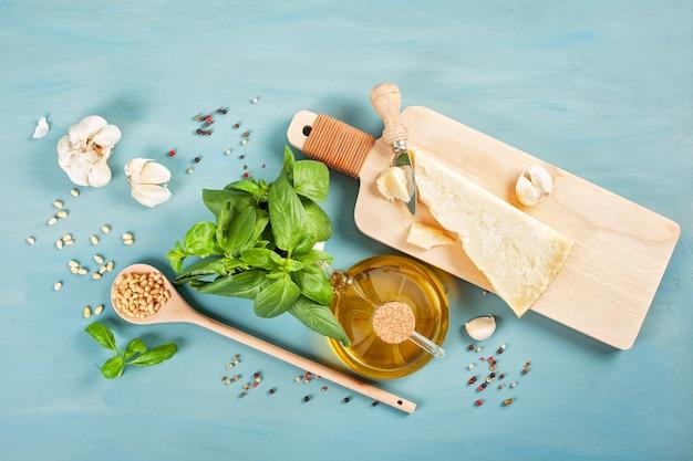 パルメザンチーズ、オリーブオイル、バジル、ニンニク、松の実-ペスト料理のレシピの新鮮な食材