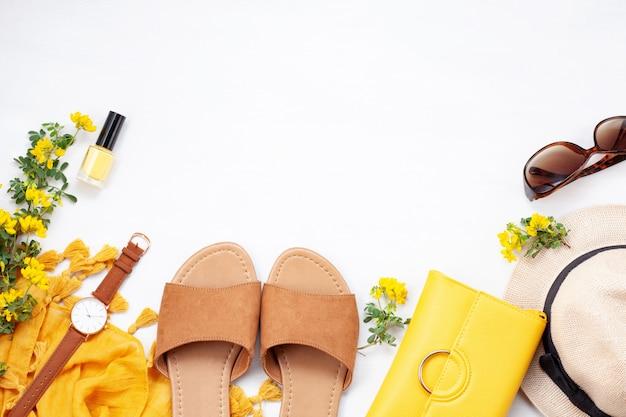 ファッション夏の女の子服セット、アクセサリー。トレンディなサングラス、スリッパ、ハンドバッグクラッチ、時計、スカーフ。夏の女性のスタイル。創造的な都市フラットレイアウト