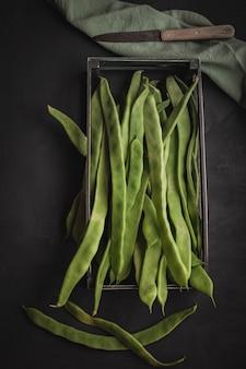 フラットインゲン。タンパク質が豊富な生野菜、健康的な食事のコンセプト