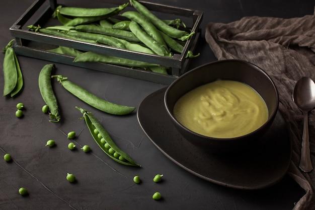 グリーンピースで作られた新鮮な野菜スープ。ビーガンとベジタリアンに適した自家製の健康的な食事のコンセプト