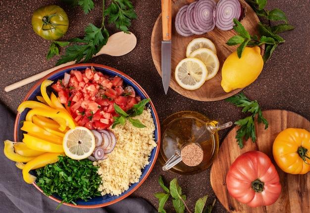 Свежие ингредиенты для салата с кус-кусом. здоровая вегетарианская концепция халяльной пищи