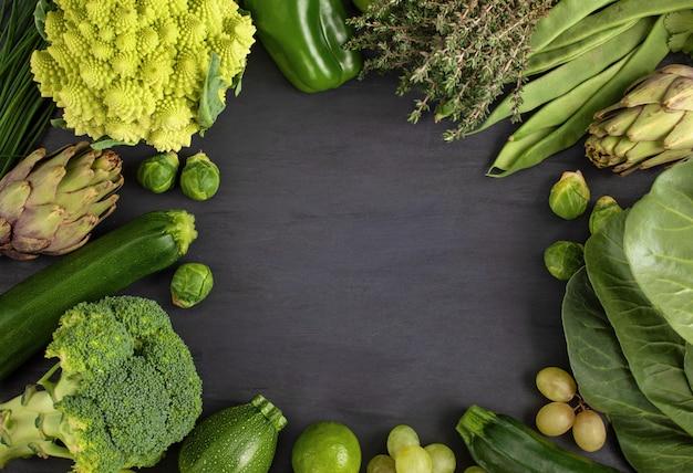 Вид сверху свежих органических овощей