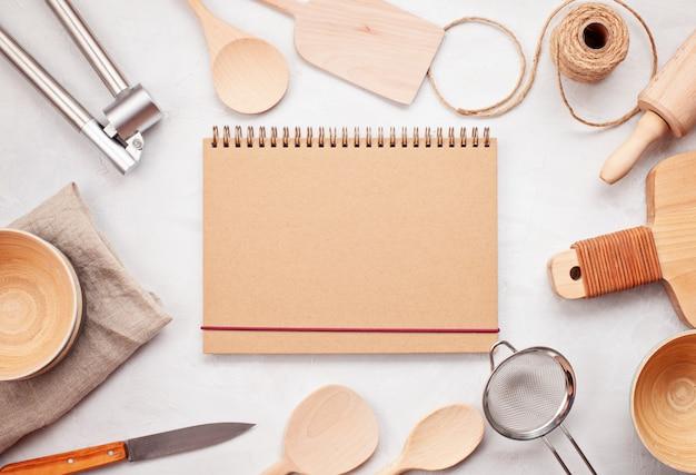 キッチン用品と空白のコピースペースでフラットレイアウト。キッチンレシピ本、料理ブログ、クラスコンセプト