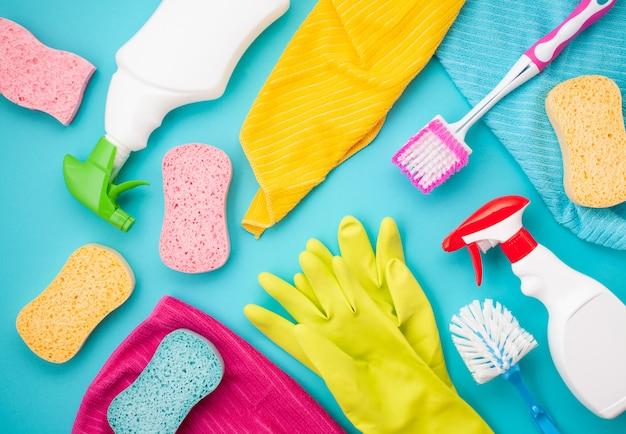 パステルカラーの洗剤とクリーニングアクセサリー。クリーニングサービス、中小企業のアイデア。上面図。