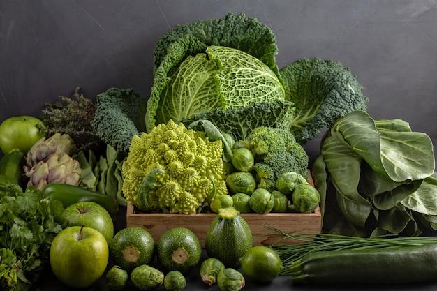 緑色の新鮮な有機野菜の平面図です。さまざまな季節の健康的な食事のコンセプト。有機農業、農業、ショッピング