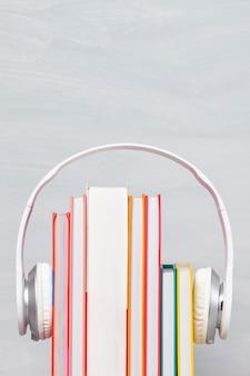 イヤホンと本のグループ。オーディオブックのコンセプト