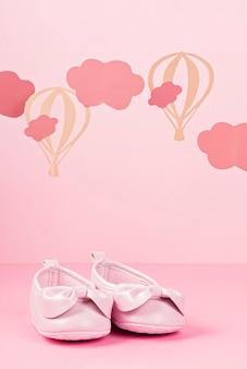 雲と風船とピンクのパステル背景に女の赤ちゃんかわいいピンクの靴