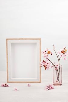 Пустая рамка и розовые весенние цветы.