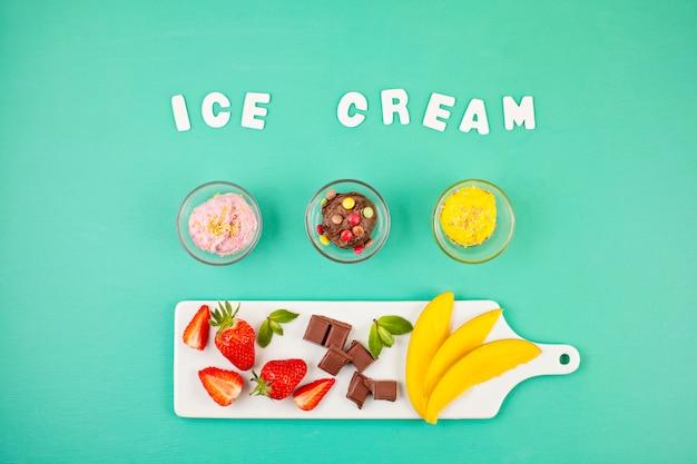 Вид сверху различного мороженого с ингредиентами