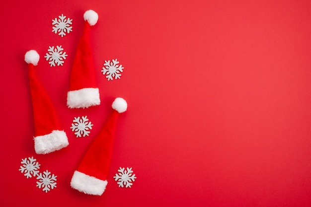 お祝いのクリスマスの装飾、赤いサンタの帽子