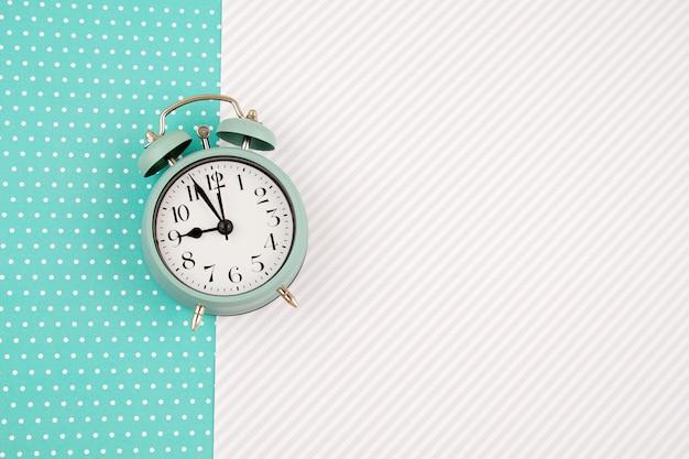 ビンテージ目覚まし時計とフラットレイアウト